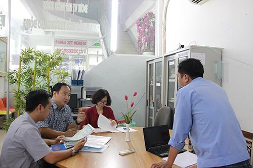 Đoàn kiểm tra các giấy tờ có liên quan đến QTMTLĐ